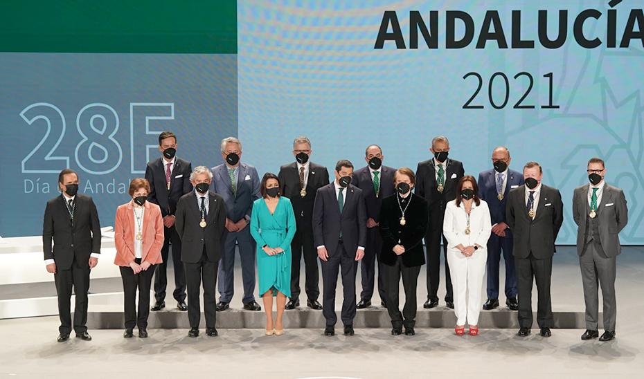 Todos los galardonados con las Medallas de Andalucía 2021 posan con el presidente de la Junta, Juanma Moreno, y la del Parlamento de Andalucía, Marta Bosquet, al término del acto.