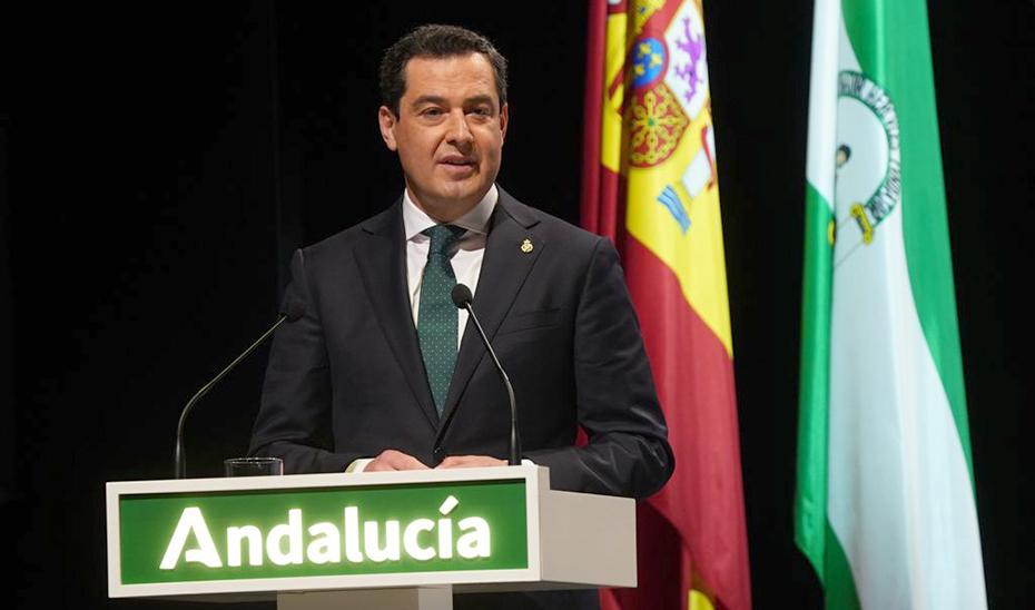 El presidente de la Junta de Andalucía, Juanma Moreno, durante su intervención en el acto de entrega de las Medallas de Andalucía.