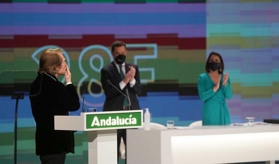 Raphael agradece el reconocimiento como Hijo Predilecto de Andalucía tras dirigir unas palabras en nombre de todos los galardonados.