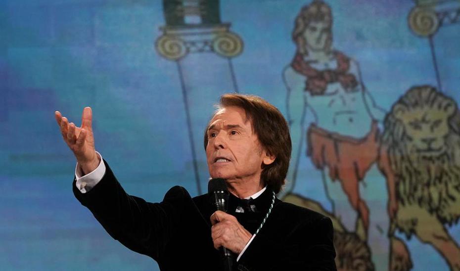 Raphael ha interpretado una versión muy personal del Himno de Andalucía.