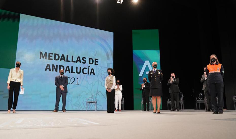 Representantes de los colectivos que más en primera fila han luchado contra la pandemia del Covid-19, que también han tenido su reconocimiento en el acto: Francisco Fernández (enfermero), Lola Rodríguez (112), Janet Lastra (Policía Autonómica) y Paula Romero (Protección Civil).