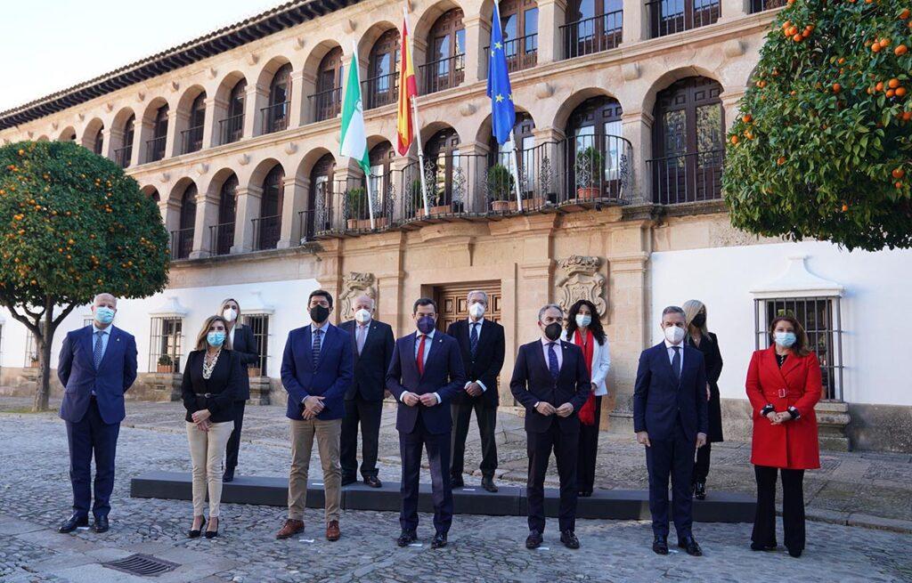 El Gobierno andaluz frente al Ayuntamiento de Ronda, donde se ha celebrado la reunión del Consejo de Gobierno.