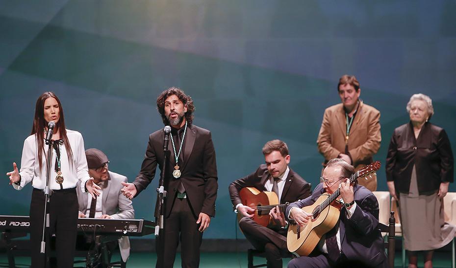 Arcángel e India Martínez cantan el himno durante la gala de entrega de las Medallas de Andalucía en 2017.