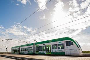 El tren tranvía de la Bahía de Cádiz consta de un trazado de 24 kilómetros de longitud, de los que 14 kilómetros son de nueva construcción y los 10 restantes corresponden a la línea ferroviaria Sevilla-Cádiz.