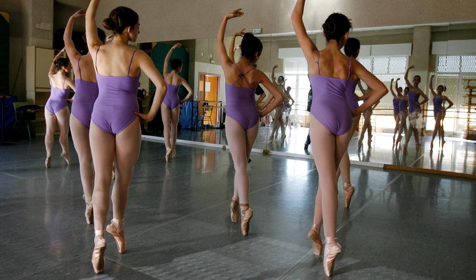Varias jóvenes alumnas de danza durante una clase.