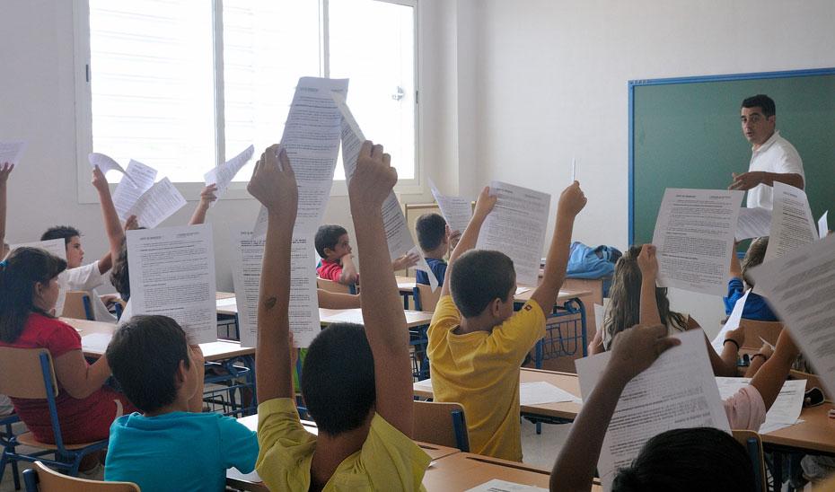 Un profesor imparte clases a alumnos de educación Primaria.
