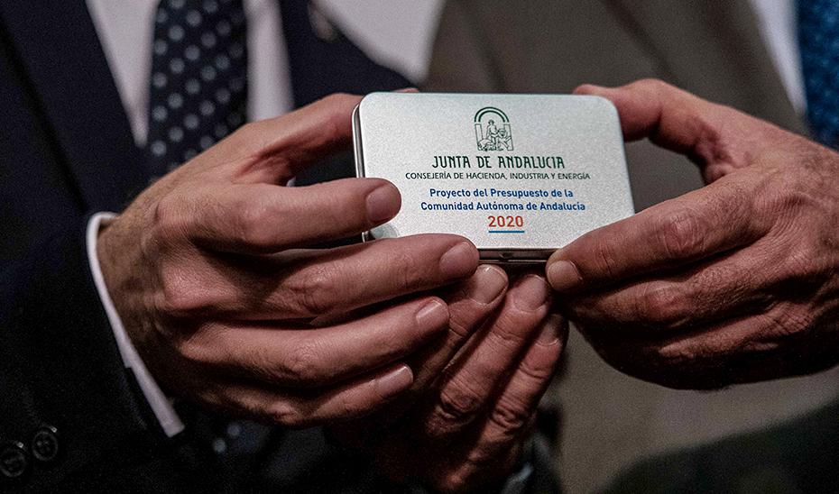 Las manos de los consejeros Bravo y Velasco, con el Presupuesto 2020 de la Junta de Andalucía.