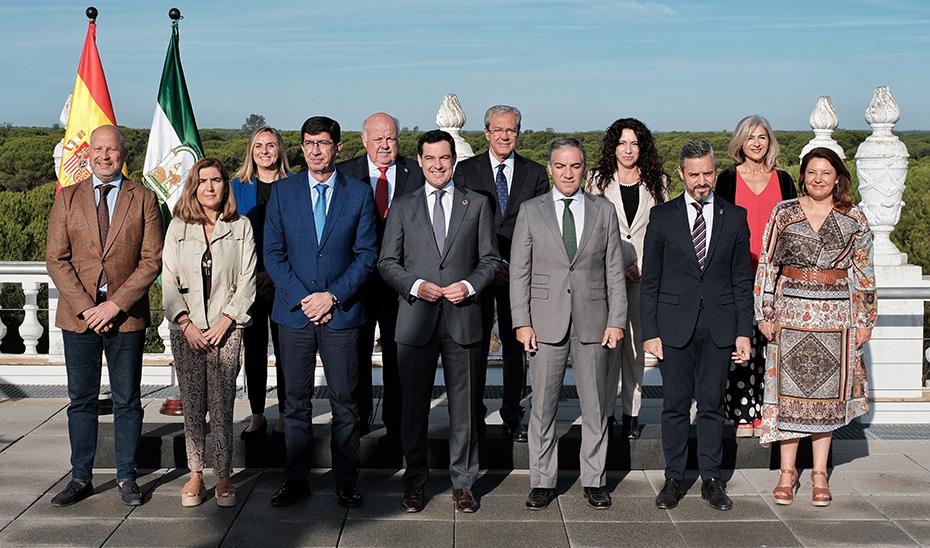 Foto de familia del Ejecutivo andaluz en la reunión del Consejo de Gobierno en el Palacio del Acebrón de Doñana por el 50 aniversario.
