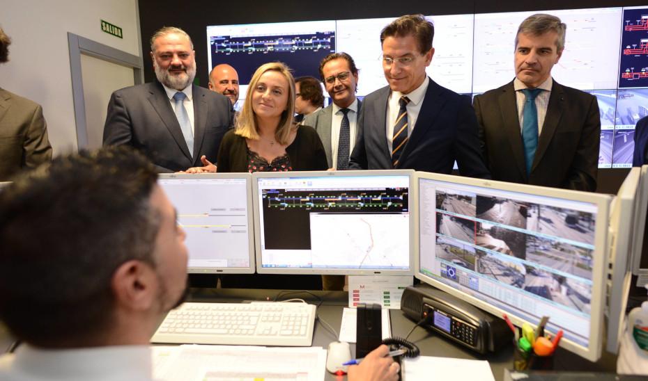 La consejera Marifrán Carazo visitando los talleres y cocheras del Metro de Granada.