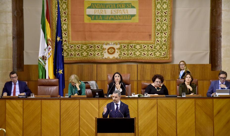 El consejero de Hacienda, Juan Bravo, durante su intervención en el pleno del Parlamento.