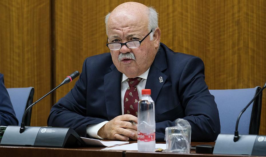 El consejero de Salud y Familias, Jesús Aguirre, informa en comisión parlamentaria.