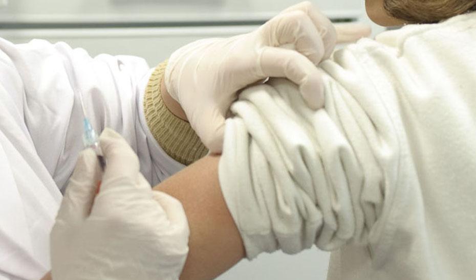 La primera fase de vacunación la realizarán 177 equipos especializados, 73 de ellos móviles para acudir a las residencias de mayores.