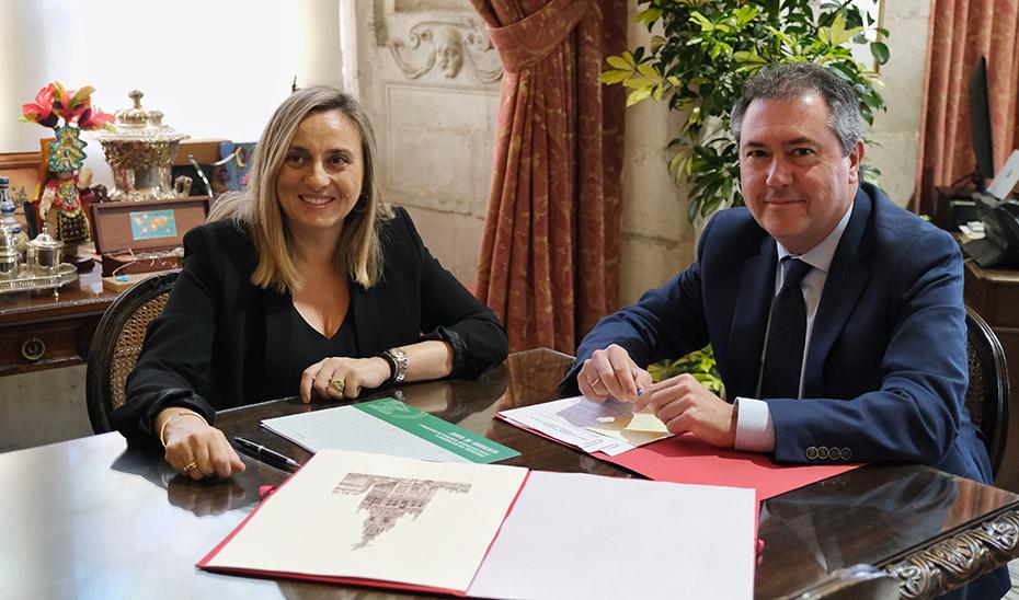 La consejera de Fomento y el alcalde de Sevilla, durante la reunión.