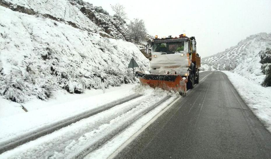 Una máquina quitanieves empleándose a fondo en una carretera de Jaén en una de las últimas invernadas.