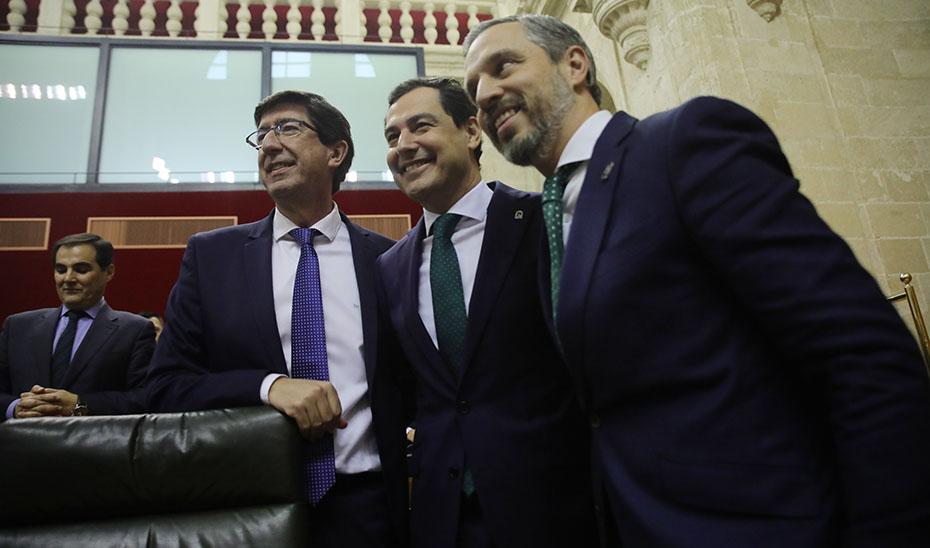 El presidente andaluz, entre el vicepresidente Marín y el consejero Bravo.