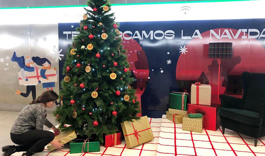 Decoración navideña en una estación del Metro de Granada.