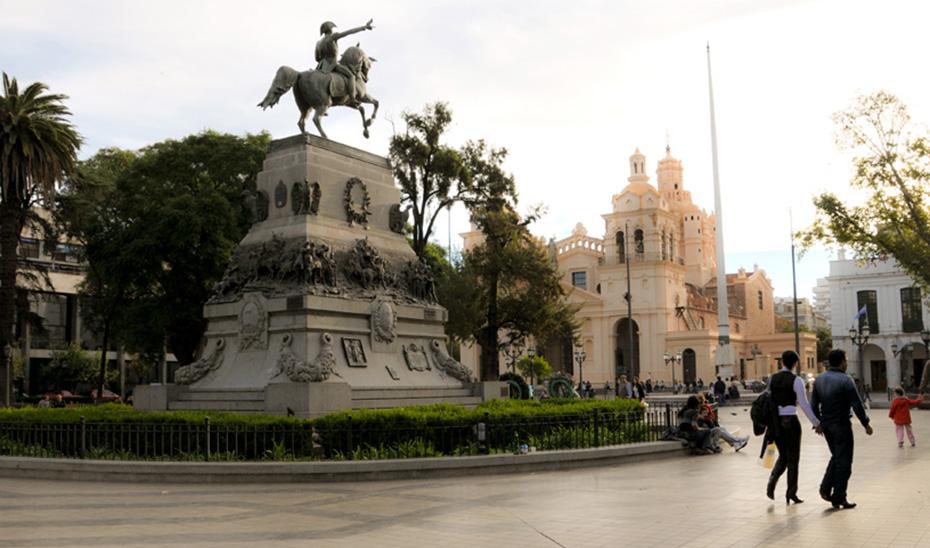 Estatua ecuestre del general San Martín, en la plaza de San Martín de la Córdoba argentina (welcomeargentina.com).