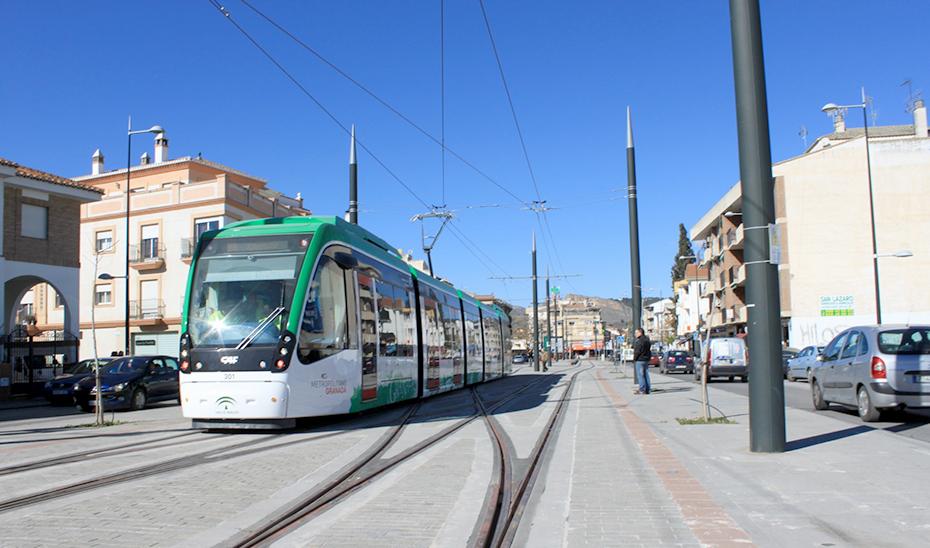 Un convoy del Metro de Granada, en circulación por la ciudad.