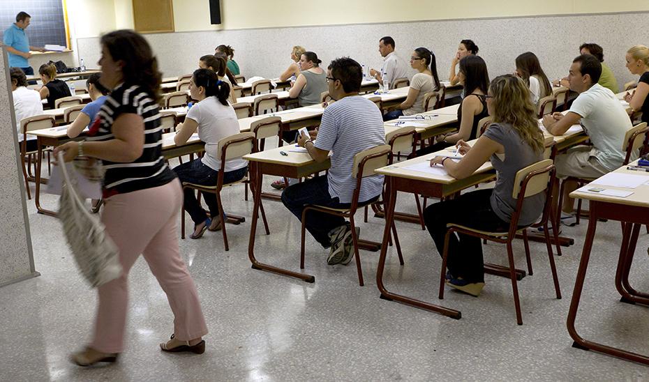 Opositores docentes andaluces durante la celebración de un examen en 2019.