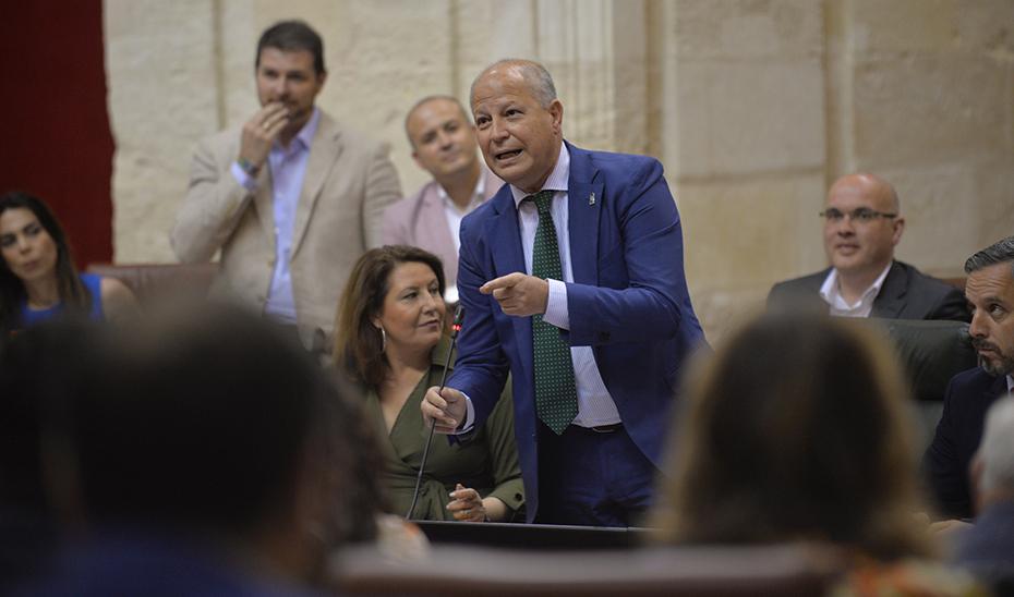 El consejero de Educación y Deporte, Javier Imbroda, interviniendo en una sesión plenaria del Parlamento andaluz.