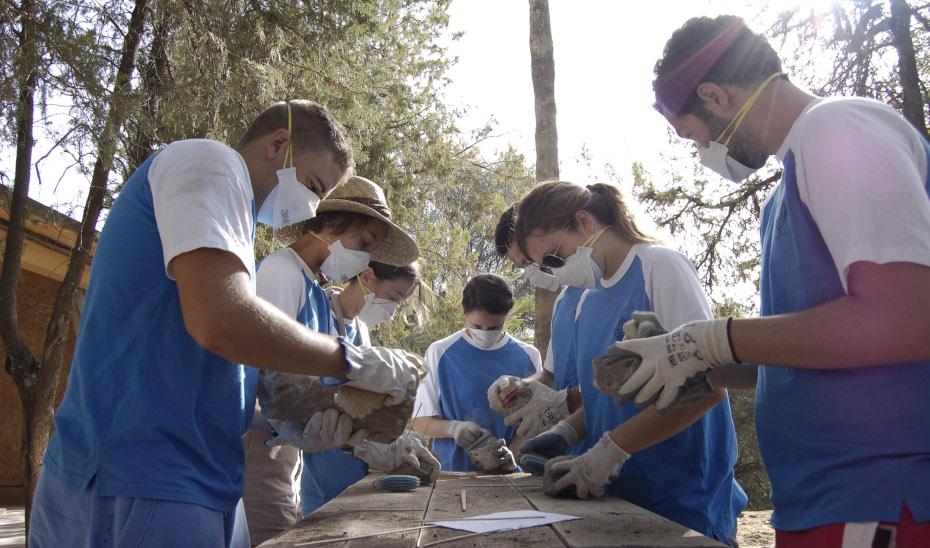 Jóvenes participan en una acción de voluntariado.