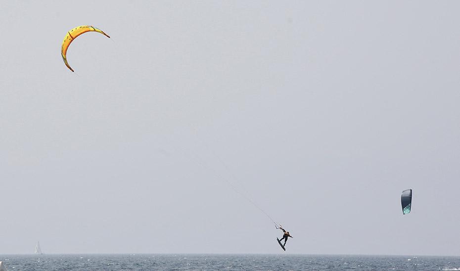 Fallece un kitesurfista tras sufrir una caída en la playa de Los Lances de Tarifa