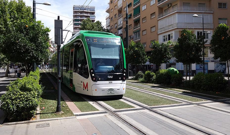 Un tren del metro de Granada durante uno de sus trayectos.