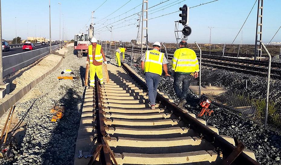 Operarios andaluces trabajando en el intercambiador de un tranvía.