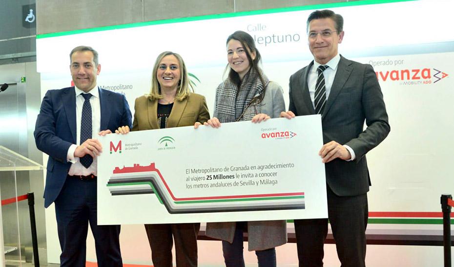 La consejera Marifrán Carazo junto al alcalde de Granada y los responsables del metro.