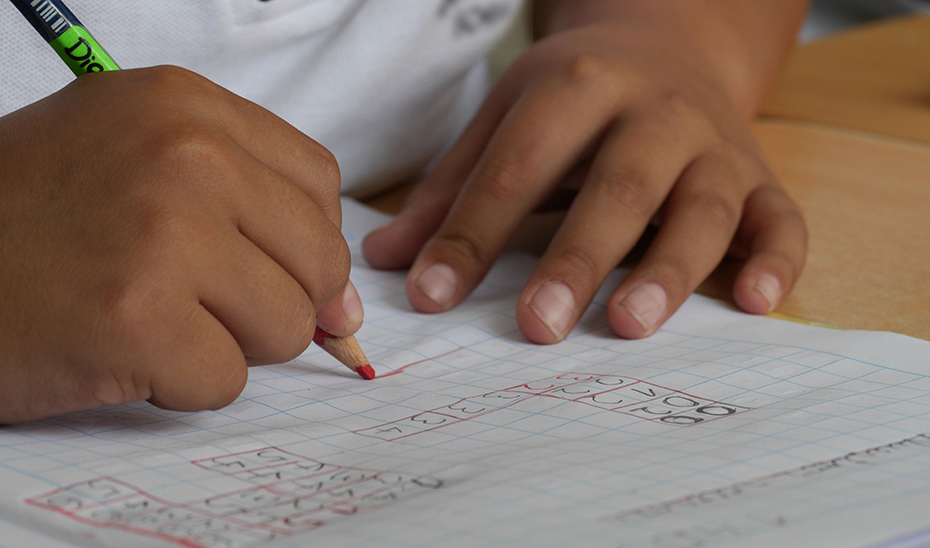 Una alumna realiza sus tareas escolares.