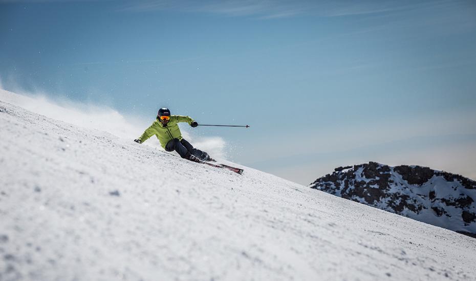Un esquiador desciende por una pista de Sierra Nevada.