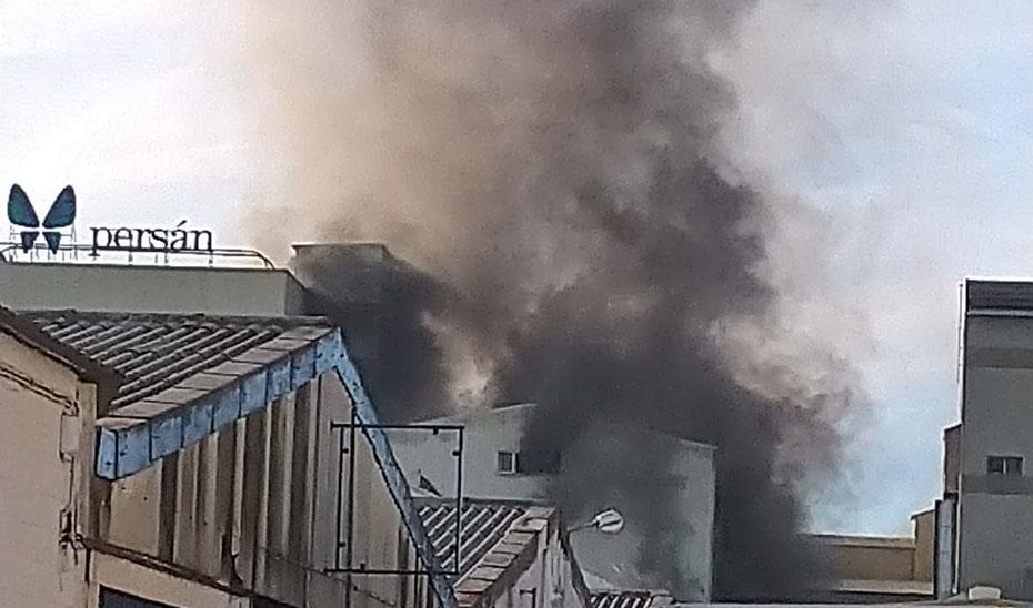 Sofocado un incendio en una fábrica en la A-92 en Sevilla