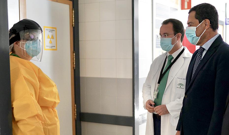 El presidente de la Junta, Juanma Moreno, conversa con trabajadores del hospital.