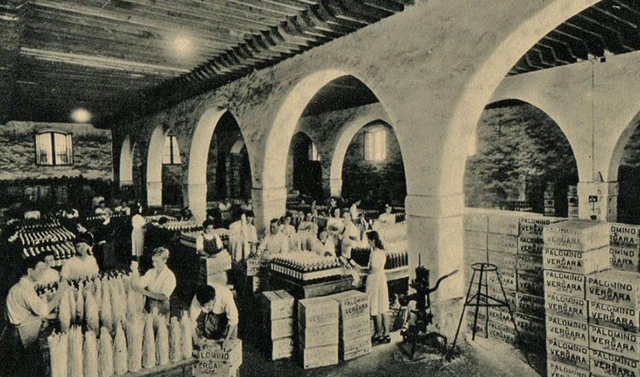 Interior de una bodega de Jerez de la Frontera. Tarjeta postal de la década de 1920.