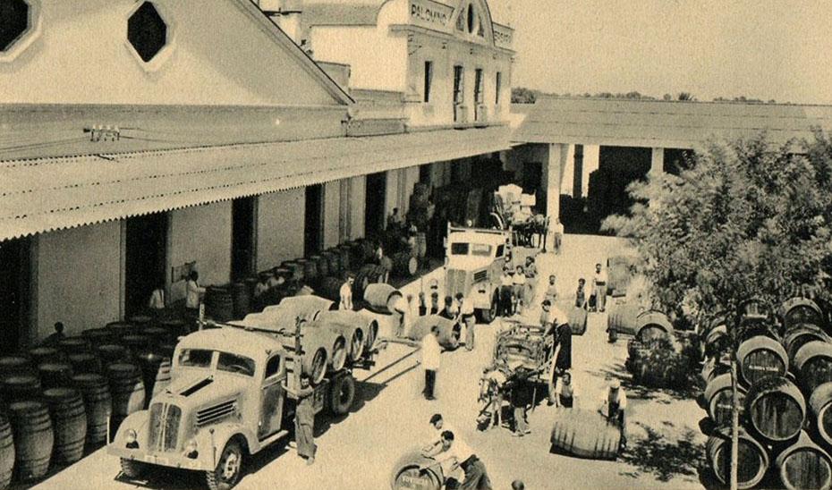 Labores de acarreo en una bodega de Jerez de la Frontera a mediados del siglo XX.