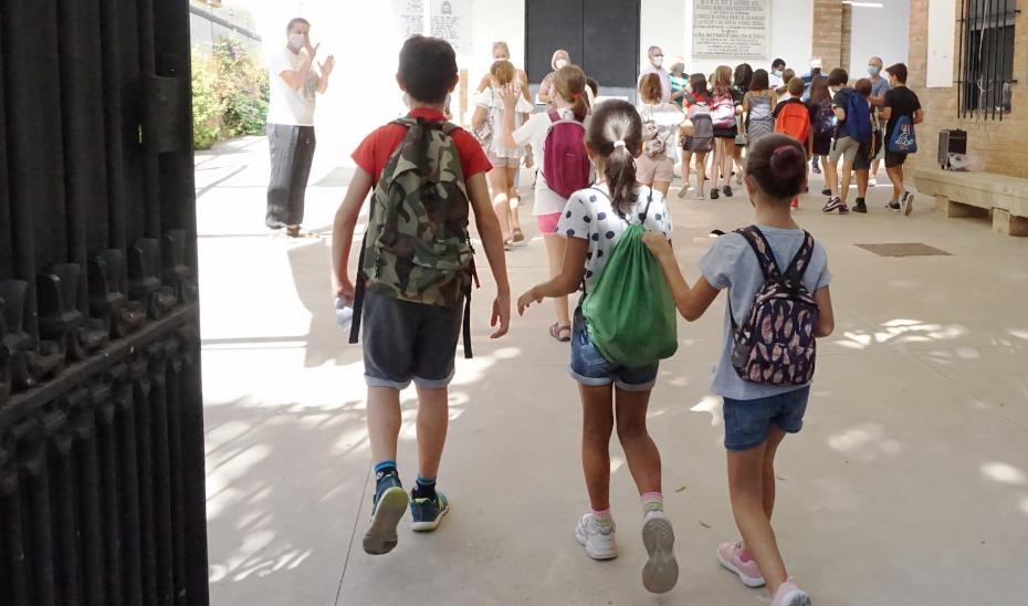 Un grupo de menores entra en un colegio.