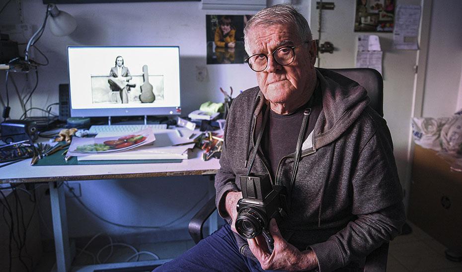 El pintor y fotógrafo Máximo Moreno en su estudio de la sevillana calle Betis (Foto: Rafael Avilés).