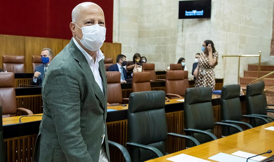 El consejero Javier Imbroda en el salón de pleno del Parlamento de Andalucía.