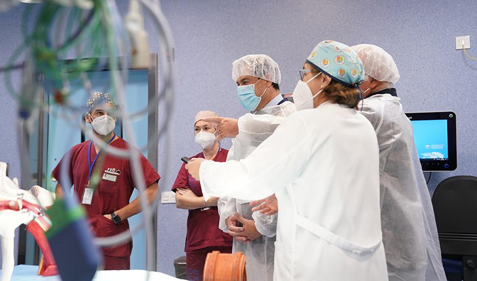 El presidente de la Junta atiende las explicaciones de algunos trabajadores del Hospital de Puerto Real.