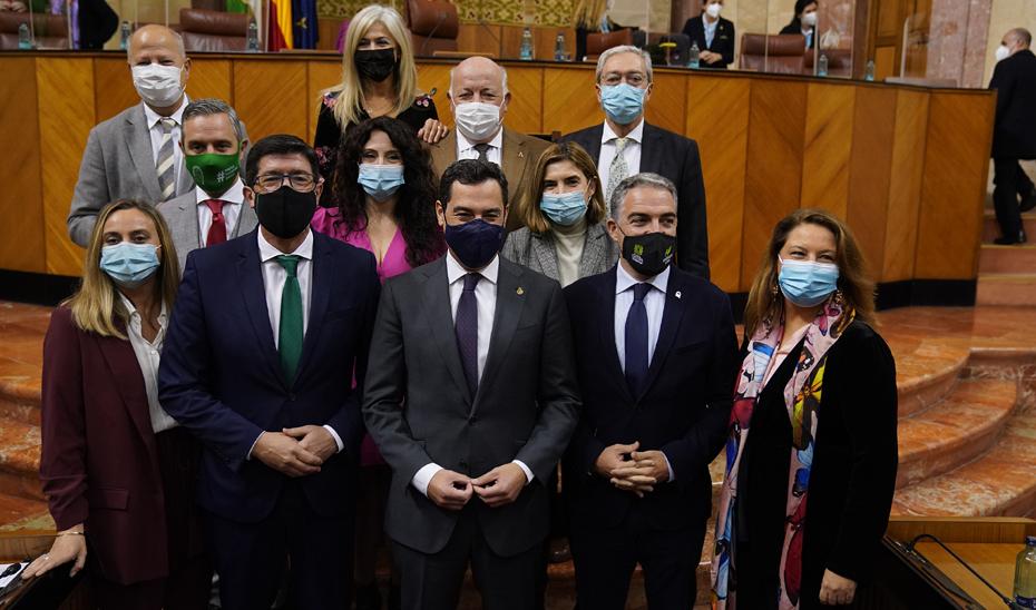 Foto de familia del Gobierno andaluz en el Parlamento, tras la aprobación de los presupuestos para 2021 en la Cámara autonómica.