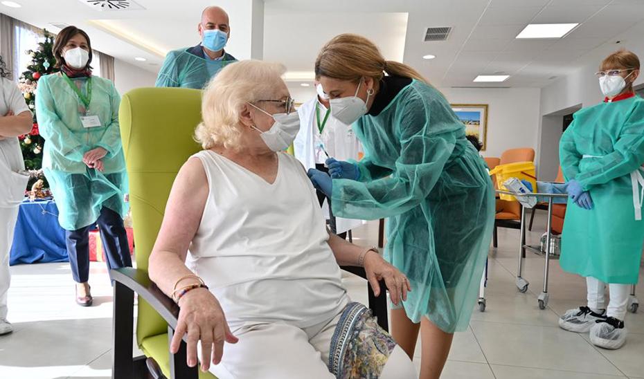 Pilar ha sido de las primeras andaluzas en recibir la vacuna en la Residencia Beato Fray Leopoldo de Granada.