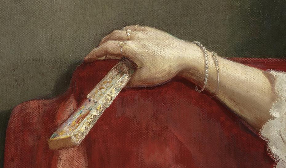 El abanico bordado y las joyas están recreados con minuciosidad.