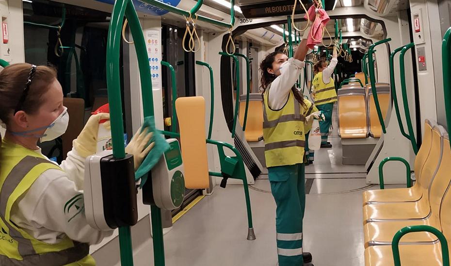 Personal de limpieza actuando en uno de los vagones del metro de Granada.