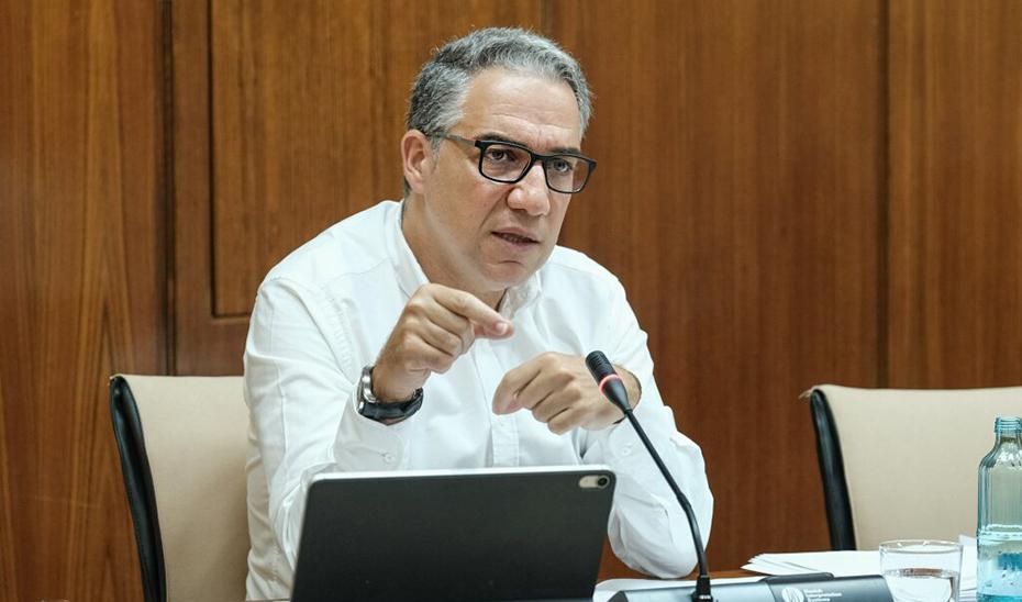 Elías Bendodo, en un momento la Comisión de Presidencia, Administración Local e Interior, en el Parlamento andaluz.