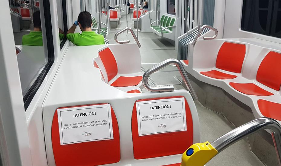 Carteles sobre asientos reservados para mantener la distancia de seguridad en el metro de Sevilla.