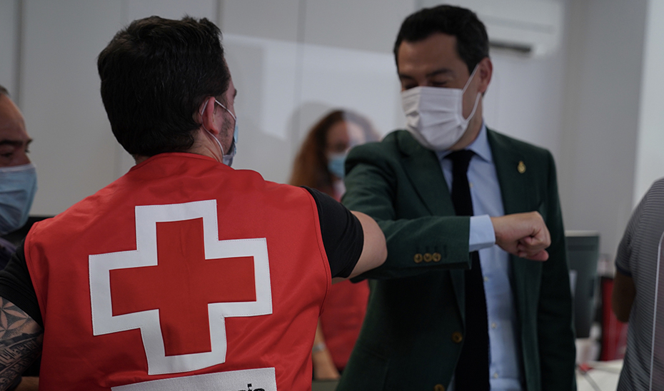 Moreno saluda a un voluntario de la Cruz Roja manteniendo la distancia de seguridad.
