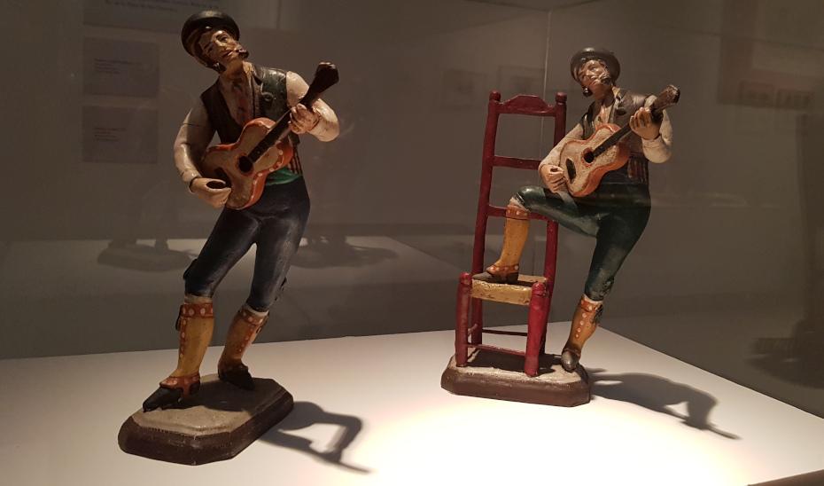 Dos piezas de la exposición 'Recuerdos de viaje', organizada por el Centro de Estudios Andaluces.