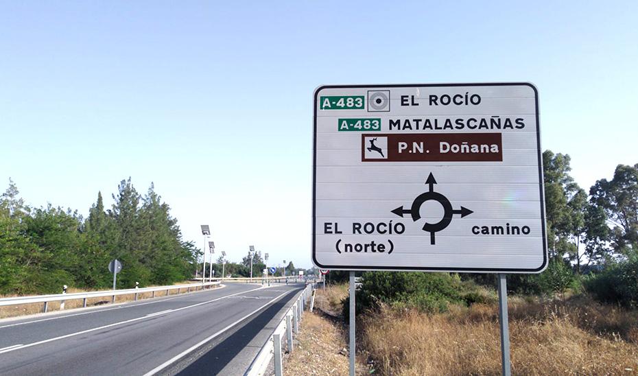 Señalización actual de la carretera A-483 entre Almonte y El Rocío, para la que se proyecta un tercer carril.