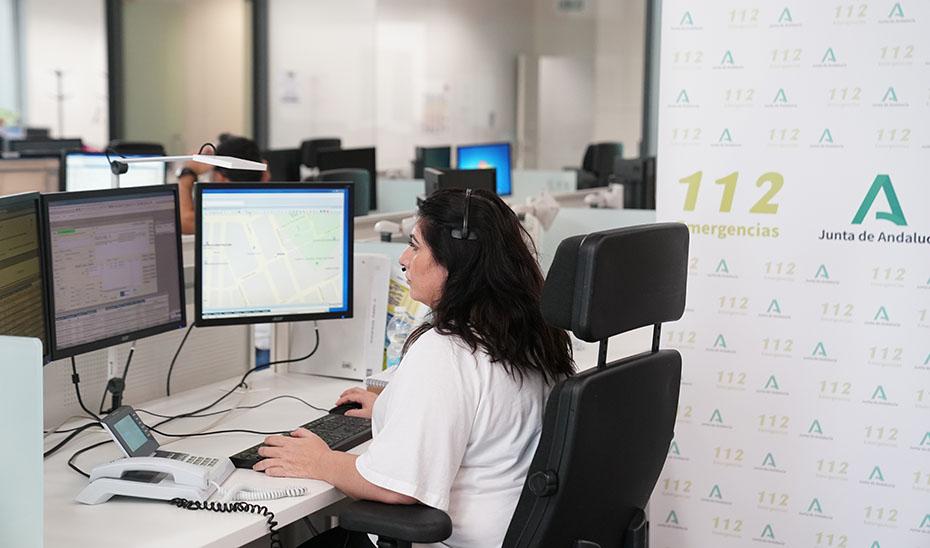 Una operadora en la sala regional de 112 Andalucía.