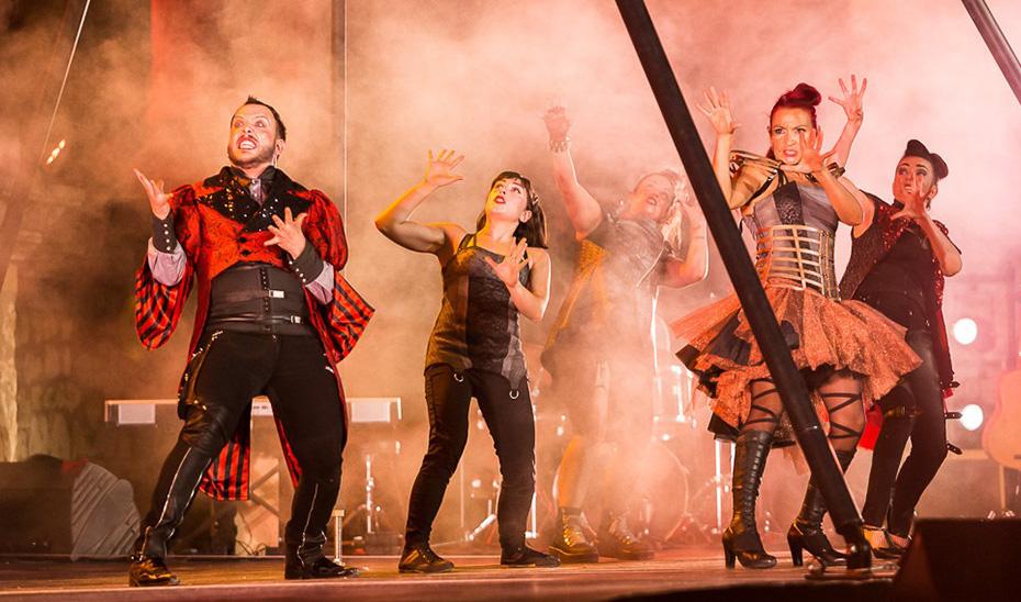'Babylon Cabaret', de Lavíebel, inaugura el festival 'Anfitrión' en el teatro romano del Conjunto Arqueológico de Itálica (Sevilla).